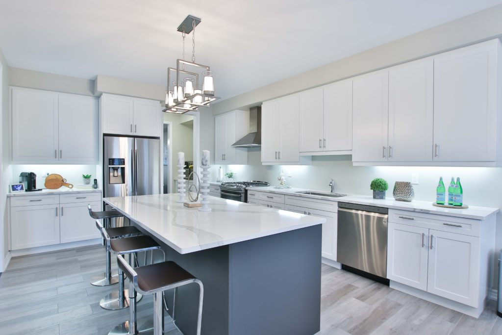the contemporary chandelier over the kitchen island is the best idea