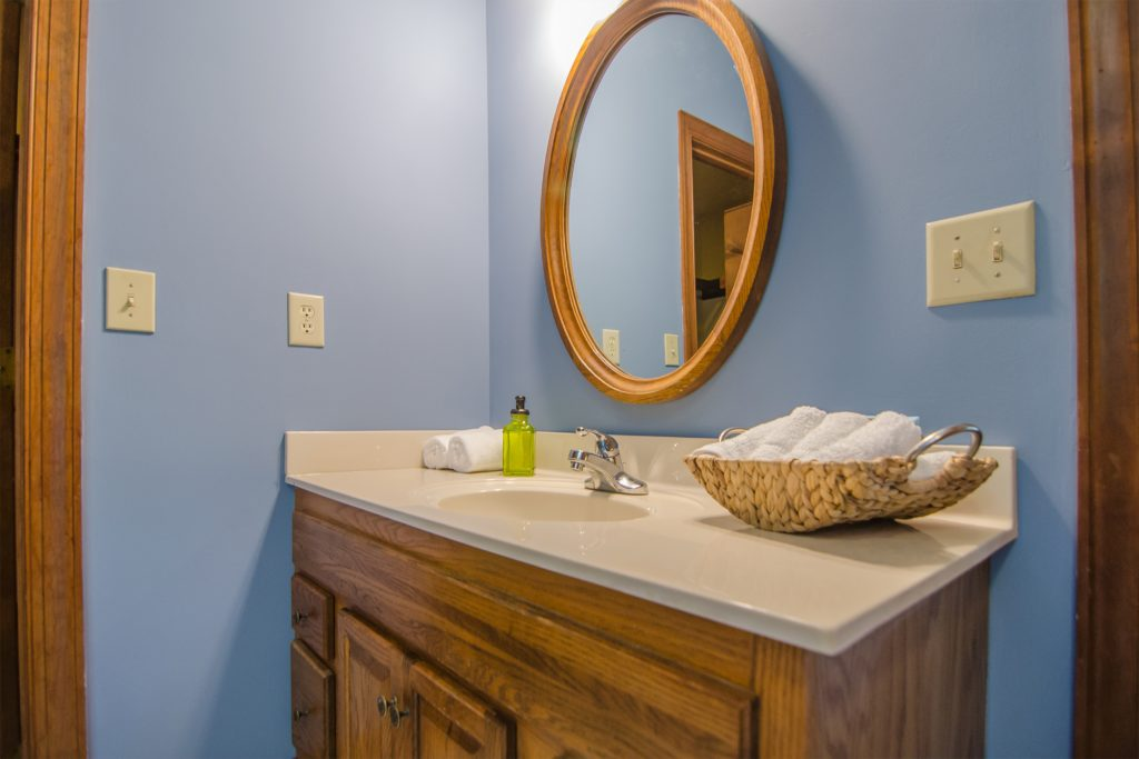 Painting is a timeless trend that will dress up the bathroom quickly, economically